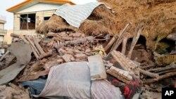 ایران کے مشرقی صوبے آذربائیجان میں زلزلے کی زد میں آنے والی ایک کار ملبے کے ڈھیر میں دبی ہوئی ہے۔