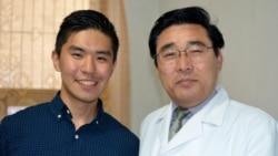 지난 달 미국 의료진 일행과 함께 북한을 방문한 코넬대 3학년 학생 오웬 리박 씨(왼쪽)가 평양의 의료진과 기념 사진을 촬영했다. 오웬 리박 사진 제공.