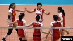 "Tim Bola Voli Putri Tiongkpok merayakan kemenangan mereka saat menjuarai Kejuaraan Dunia Bola Voli ""FIVB World Grand Prix"" tahun 2010. Tahun ini Tim ini kalah telak 3-0 melawan AS."