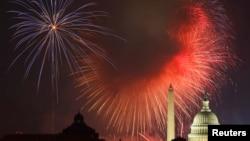 美国国庆日的烟花在华盛顿纪念碑和国会大厦上空绽放。(资料照片)