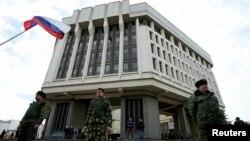 Članovi krimskih jedinica za samoodbranu čuvaju zgradu parlamenta u Simferopolju, 6. marta 2014.