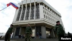 親俄羅斯武裝人員守衛著克里米亞地區議會大樓