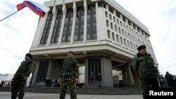 Thành viên của các đơn vị tự vệ Crimea thân Nga canh gác trước tòa nhà Quốc hội ở Simferopol, ngày 6/3/2014.