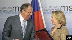 ລັດຖະມຸນຕີການຕ່າງປະເທດສະຫະລັດ ທ່ານນາງ Hillary Rodham Clinton, ເບື້ອງຂວາ ແລະທ່ານ Sergey Lavrov ລັດຖະມຸນຕີການຕ່າງປະເທດຣັດເຊຍ ແລກປ່ຽນເອກະສານກັນ ທີ່ ນະຄອນ Munich ປະເທດເຢຍຣະມັນ ວັນທີ 5 ກຸມພາ 2011.