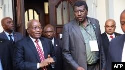 L'ancien président sud-africain Jacob Zuma (2e G.) au sortir du tribunal de Durban à Durban, le 8 juin 2018.