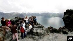 백두산 정상을 찾은 관광객들 (자료사진)