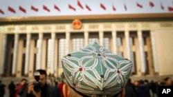 VOA连线(叶兵):两会观察:新疆维稳受关注 大外宣青睐出口转内销媒体