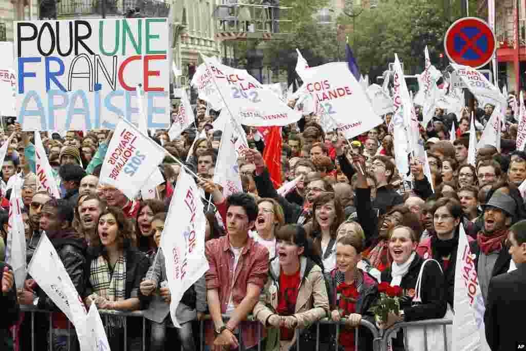 法国社会党总统候选人奥朗德的支持者5月6日在巴黎的社会党总部