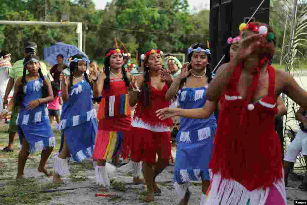 Pripadnici plemena Warrau, Arawak i Carib u Surinamu.