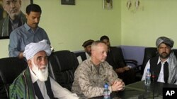 8일 카불에서 회담을 가진 나토 관계자와 아프가니스탄 정부 관계자들.