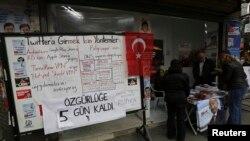Papan pengumuman di kantor oposisi utama Turki, CHP, di Istanbul (25/3) memberikan petunjuk cara alternatif untuk mengakses Twitter yang diblokir di negara itu.