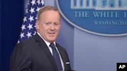 """""""El presidente cree que mientras más pronto termine esto mejor"""", dijo el vocero de la Casa Blanca, sin responder directamente las preguntas sobre el próximo testimonio de Jeff Sessions en el Congreso."""