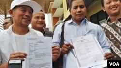 """Marzuki Mohamad (kiri) yang populer sebagai """"Kill the DJ"""", bersama pengacaranya melaporkan pengubah lirik lagu Jogja Istimewa. (VOA/Nurhadi)"""