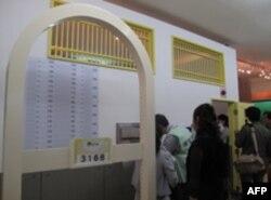 民众参观监狱模型