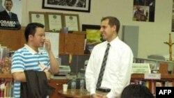 Ông Beau J. Miller (phải) Tùy Viên Báo Chí Ðại sứ quán Hoa Kỳ tại Việt Nam và anh Bùi Vĩnh Nguyên tại Trung Tâm Hoa Kỳ ở Hà Nội