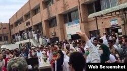 ڈاکٹر حکومت کے خلاف نعرے لگا رہے ہیں۔ 16 مئی 2019