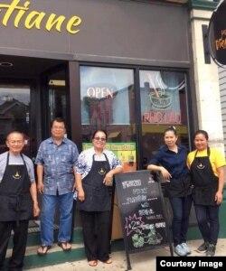 ເຈົ້າຂອງຮ້ານ ແລະພະນັກງານຂາຍຂອງຮ້ານ Vientiane Noodle