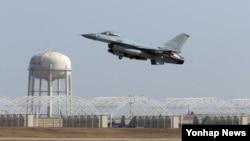한국 군 당국은 현재 미국이 기술 이전 승인을 거부한 한국형 전투기 개발 관련 4가지의 핵심 장비를 자체 개발하겠다고 밝혔다. 사진은 한국 공군의 KF-16 전투기. (자료사진)