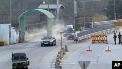 2013年5月3日,韓國在朝鮮開城工業園區的管理委員會主席的車輛抵達韓國首爾以北坡州,分隔韓國和朝鮮的板門店非軍事區附近的海關,移民和檢驗局。