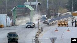Xe chở những người Nam Triều Tiên từ khu công nghiệp Kaesong về nước