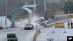 2013年5月3日,韩国在朝鲜开城工业园区的管理委员会主席的车辆抵达韩国首尔以北坡州,分隔韩国和朝鲜的板门店非军事区附近的海关,移民和检验局。