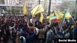 بسیجیان سعی در بر هم زدن تجمع دانشجویان دانشگاه امیرکبیر(پلی تکنیک) داشتند.