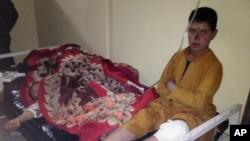 Trẻ em Afghanistan được điều trị tại bệnh viện Paktika sau vụ nổ bom tự sát tại một trận đấu bóng chuyền ở quận Yahya Khel trong tỉnh Paktika, ngày 23/11/2014.