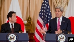 2月7日,日本外相岸田文雄(左)在美國國務院與美國國務卿克里會面。