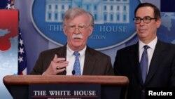 استیون منوشن(راست) وزیر خزانهداری آمریکا در کنار جان بولتون، مشاور امنیت ملی کاخ سفید