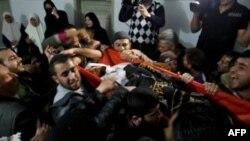 Palestinci nose telo jedne od žrtava izraelskog napada