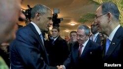 Tổng thống Obama và Chủ tịch Castro bắt tay nhau tại Hội nghị Thượng đỉnh các Quốc gia Mỹ châu ở Panama, 10/4/2015.