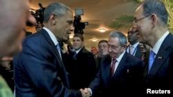 美國奧巴馬總統(左)與古巴領導人勞爾.卡斯特羅4月10日在巴拿馬城舉行的美洲高峰會上握手。聯合國秘書長潘基文(右)在場。