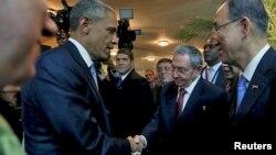 오바마 대통령과 카스트로 의장이 10일 파나마에서 열린 미주기구 정상회의 개막식에서 만나 악수하고 있다. April 10, 2015.
