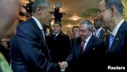 Le président Barack Obama (à g.) et son homologue cubain, Raul Castro, au sommet des Amériques (Reuters)
