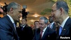 Presiden Barack Obama (kiri) berjabat tangan dengan Presiden Raul Castro untuk pertama kalinya, disaksikan oleh Sekjen PBB Ban Ki-moon (kanan) sebelum berlangsungnya KTT Negara-negara Amerika ke-7 di Panama City, 10 April 2015. (REUTERS/Panama Presidency/Handout via Reuters)