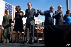 奥巴马总统夫妇、布什前总统夫妇和两位众议员手拉手祈祷