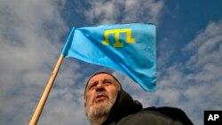 Một người sắc tộc Tatar cầm cờ Tatar