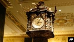 Jam legendaris hadiah ratu Victoria di lobi hotel Waldorf Astoria, NY (AP Photo/Kathy Willens)