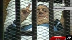 埃及前總統穆巴拉克(資料圖片)週三再度出席審判﹐和前幾次庭審時一樣﹐穆巴拉克躺在法庭內一個巨大金屬籠裡的床上。