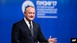 Presiden Moldovan Igor Dodon menyampaikan pidato di Forum Ekonomi Internasional di St. Petersburg, Russia, 2 Juni 2017. (Foto: dok).