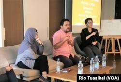 Nurcahyo Budi Waskito dari United Nations Population Fund (UNFPA) Indonesia (kanan) dan Rika Rosvianti, pendiri komunitas perEMPUan (kiri) dalam diskusi di Jakarta, Sabtu, 22 Juni 2019. (Foto: Rio Tuasikal/VOA)