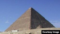 Tourists visiting one of the three main pyramids at the Giza necropolis outside Cairo, Egypt. (photo: Diaa Bekheet)