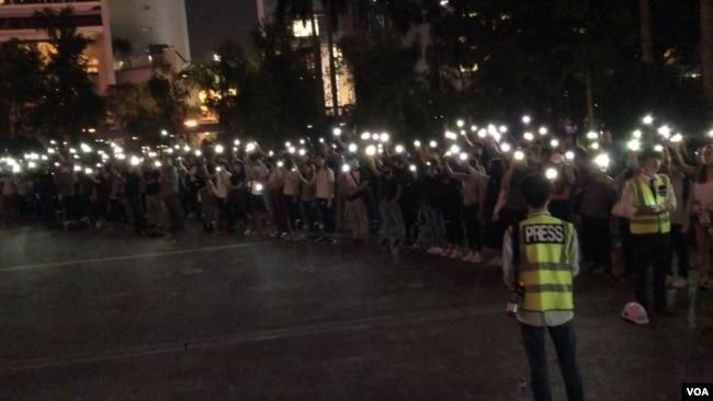 香港民众对驻港部队军人走出军营表达不满与担忧