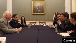 Los senadores Ben Cardin y Marco Rubio hablan con el embajador del gobierno encargado de Venezuela en Estados Unidos, Carlos Vecchio, y el embajador de Colombia en Washington, Francisco Santos.