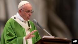El papa Francisco oficia la misa con la que cerró el sínodo de obispos en la Basílica de San Pedro en el Vaticano.