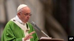Paus Fransiskus dalam misa yang menandai diakhirinya Synoda para uskup di gereja Santo Peter di Vatikan (25/10).