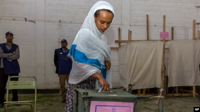 A woman casts her vote in Ethiopia's general election in Addis Ababa, Ethiopia, May 24, 2015.
