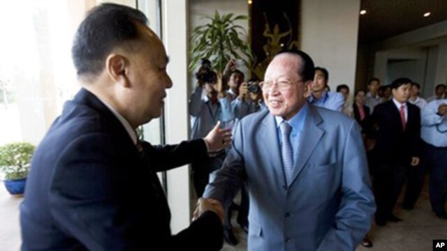 Foreign Ministers, Hor Namhong, right, of Cambodia, and Kasit Piromya, left, of Thailand, shake hands before a meeting in the Foreign Ministry in Phnom Penh, file photo.