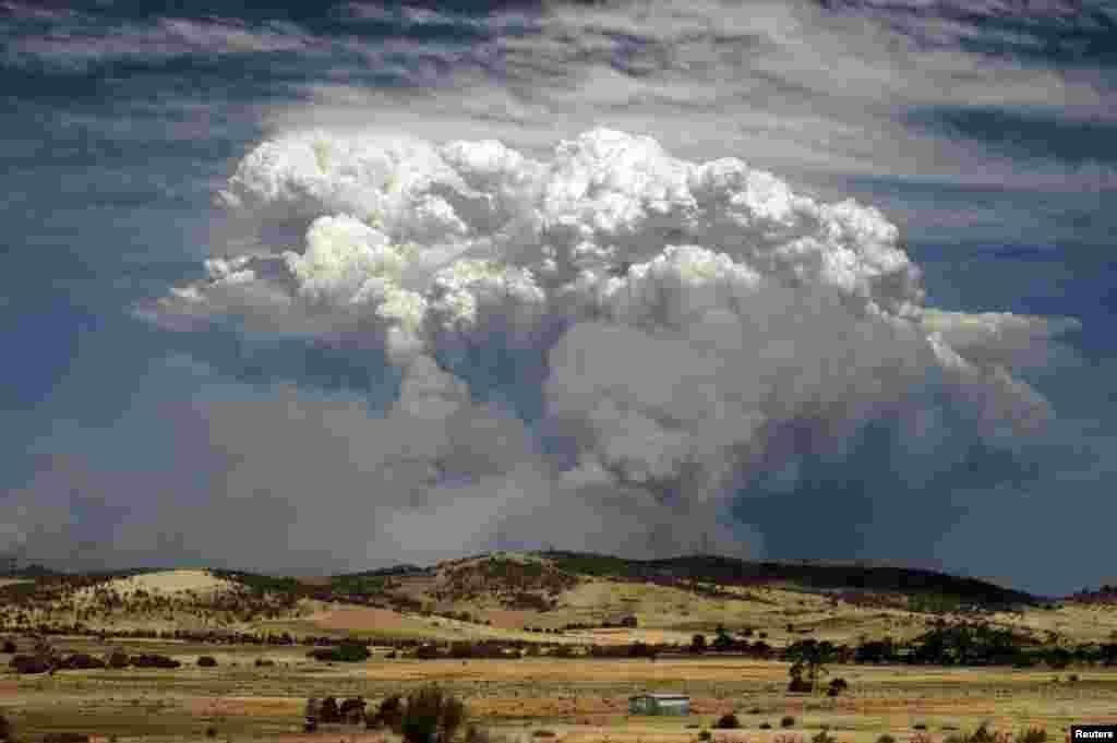 Хмари диму закривають небосхил.