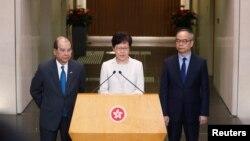香港特首林郑月娥在记者会上讲话时,署理行政长官张建宗(左)站在她身旁。(2019年9月5日)